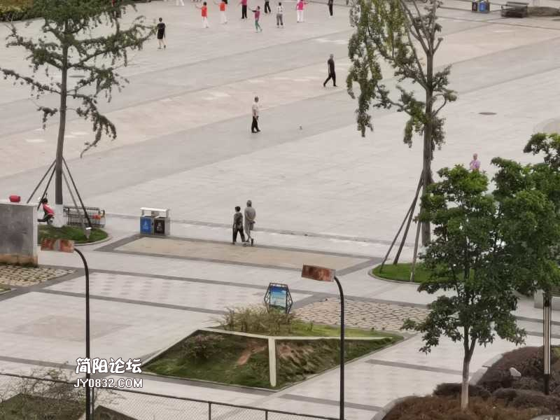雄州广场铲铁牛牛严重影响周边