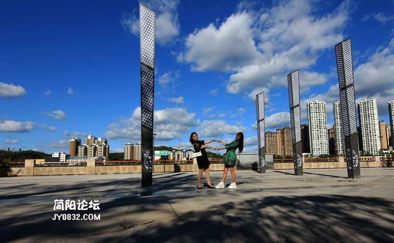 藍天白云下的濱江路